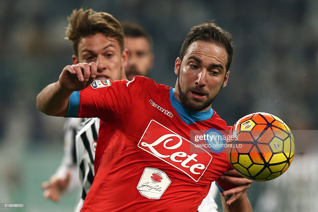 Napoli's forward Gonzalo Higuain from Argentina (R) fights for the ball with Juventus' defender Daniele Rugani during the Italian Serie A football match Juventus Vs Napoli on February 13, 2016 at the 'Juventus Stadium' in Turin. / AFP / MARCO BERTORELLO