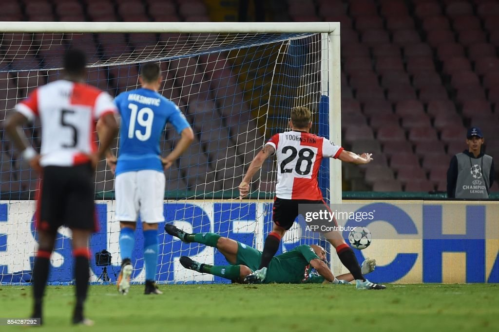 Napoli's goalkeeper from Spain Pepe Reina dives to save a penalty kick by Feyenoord's Dutch midfielder Jens Toornstra during the UEFA Champion's League Group F football match Napoli vs Feyenoord Rotterdam on September 26, 2017 at the San Paolo stadium in Naples. / AFP PHOTO / Filippo MONTEFORTE