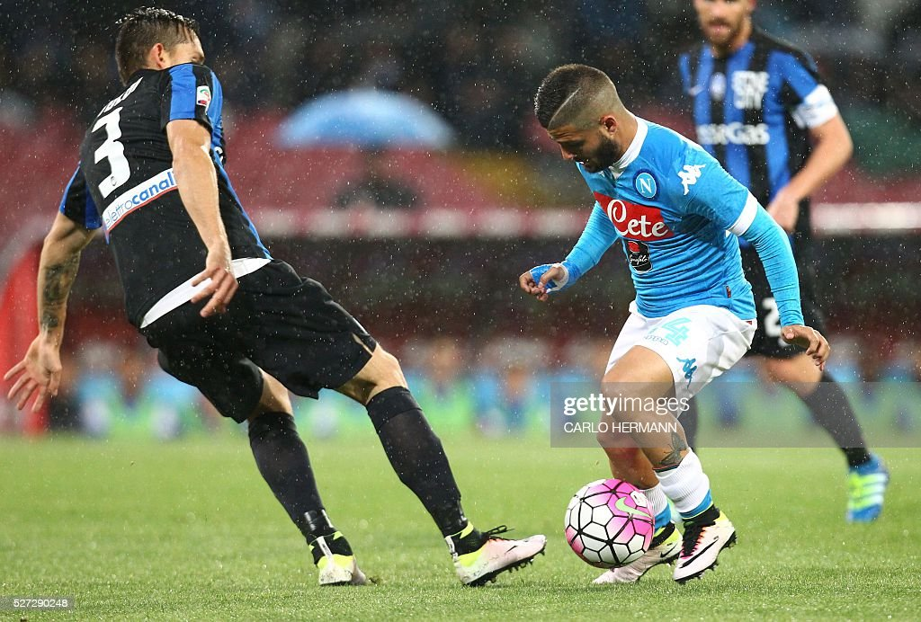 Napoli's Italian forward Lorenzo Insigne (R) vies for the ball with Atalanta's Brazilian defender Rafael Toloi during the Italian Serie A football match between SSC Napoli and Atalanta BC at San Paolo Stadium in Naples on May 2, 2016. / AFP / CARLO