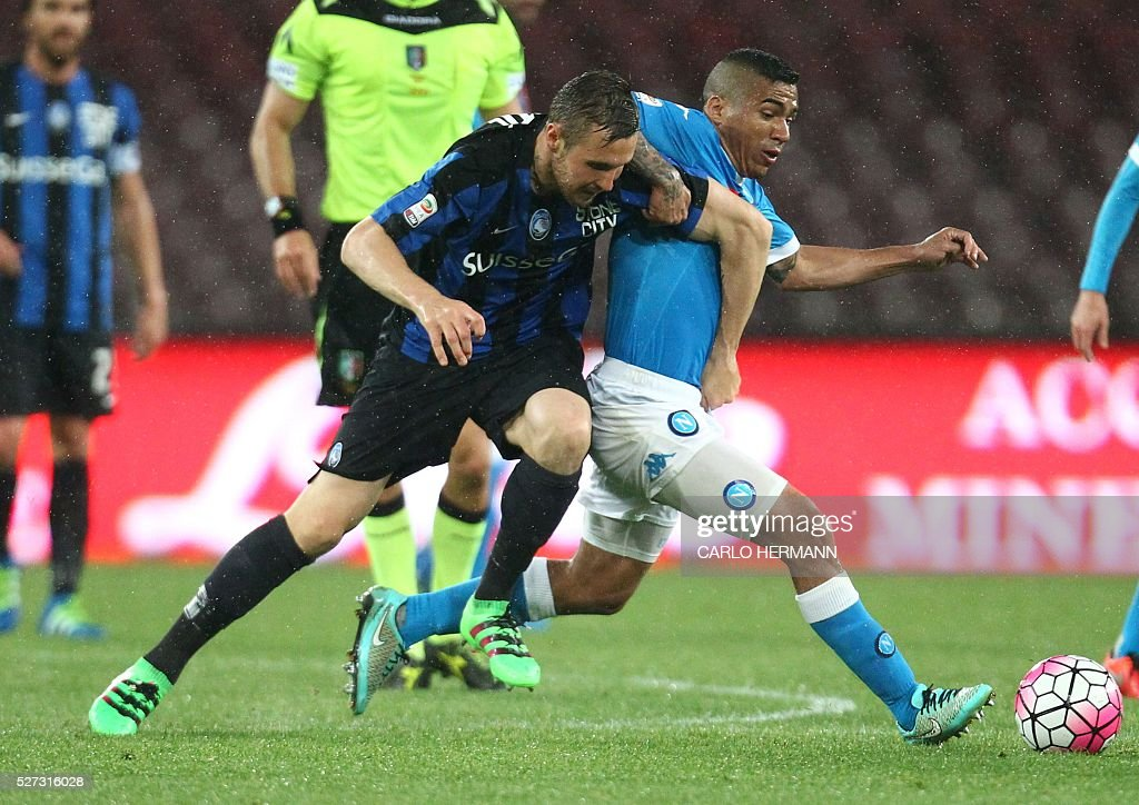 Napoli's Italian forward Lorenzo Insigne (R) vies for the ball with Atalanta's Albanian defender Berat Djimsiti during the Italian Serie A football match between SSC Napoli and Atalanta BC at San Paolo stadium in Naples on May 2, 2016. / AFP / CARLO