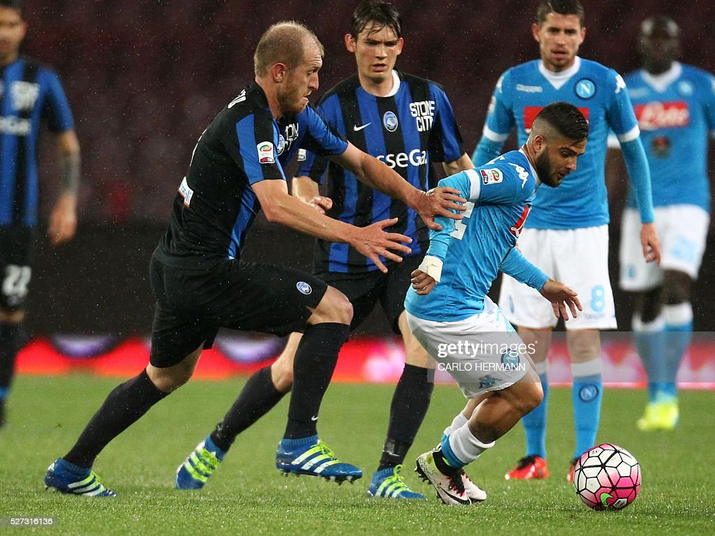 Napoli's Italian forward Lorenzo Insigne (R) vies for the ball with Atalanta's Italian defender Andrea Masiello during the Italian Serie A football match between SSC Napoli and Atalanta BC at San Paolo stadium in Naples on May 2, 2016. / AFP / CARLO