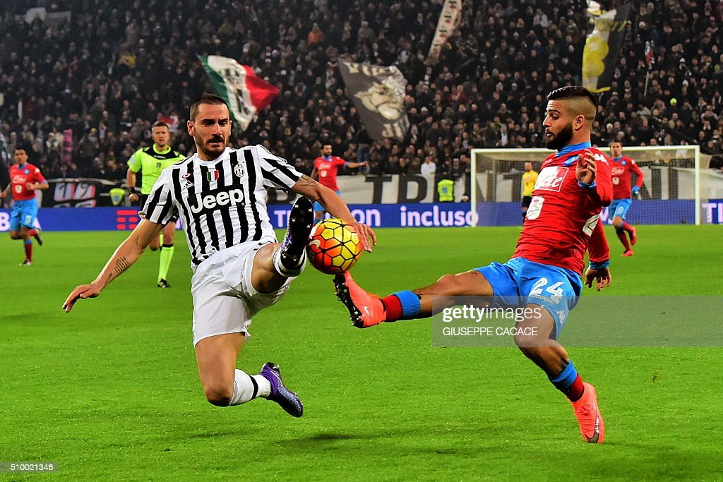 Napoli's midfielder from Italy Lorenzo Insigne (R) fight for the ball with Juventus' defender from Italy Leonardo Bonucci during Italian Serie A football match Juventus vs Napoli at Juventus Stadium in Turin on February 13, 2016. / AFP / GIUSEPPE CACACE