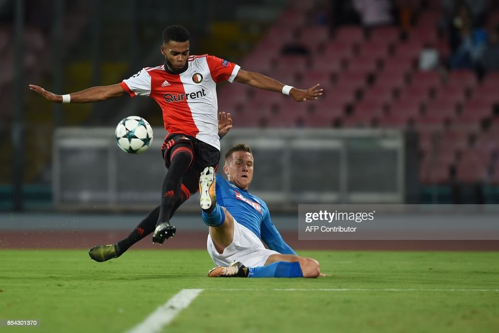 Napoli's midfielder from Poland Piotr Zielinski (R) fights for the ball with Feyenoord's Dutch defender Jeremiah St Juste during the UEFA Champion's League Group F football match Napoli vs Feyenoord Rotterdam on September 26, 2017 at the San Paolo stadium in Naples. / AFP PHOTO / Filippo MONTEFORTE