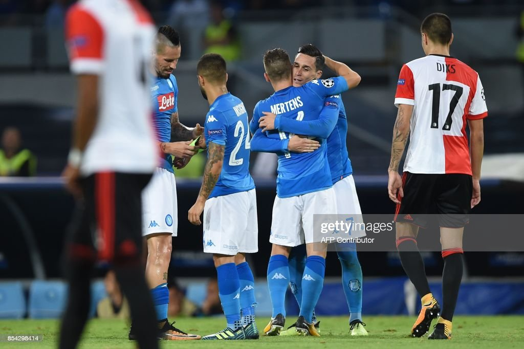 Napoli's midfielder from Spain Jose Maria Callejon (R) celebrates with teammates after scoring during the UEFA Champion's League Group F football match Napoli vs Feyenoord Rotterdam on September 26, 2017 at the San Paolo stadium in Naples. / AFP PHOTO / Filippo MONTEFORTE