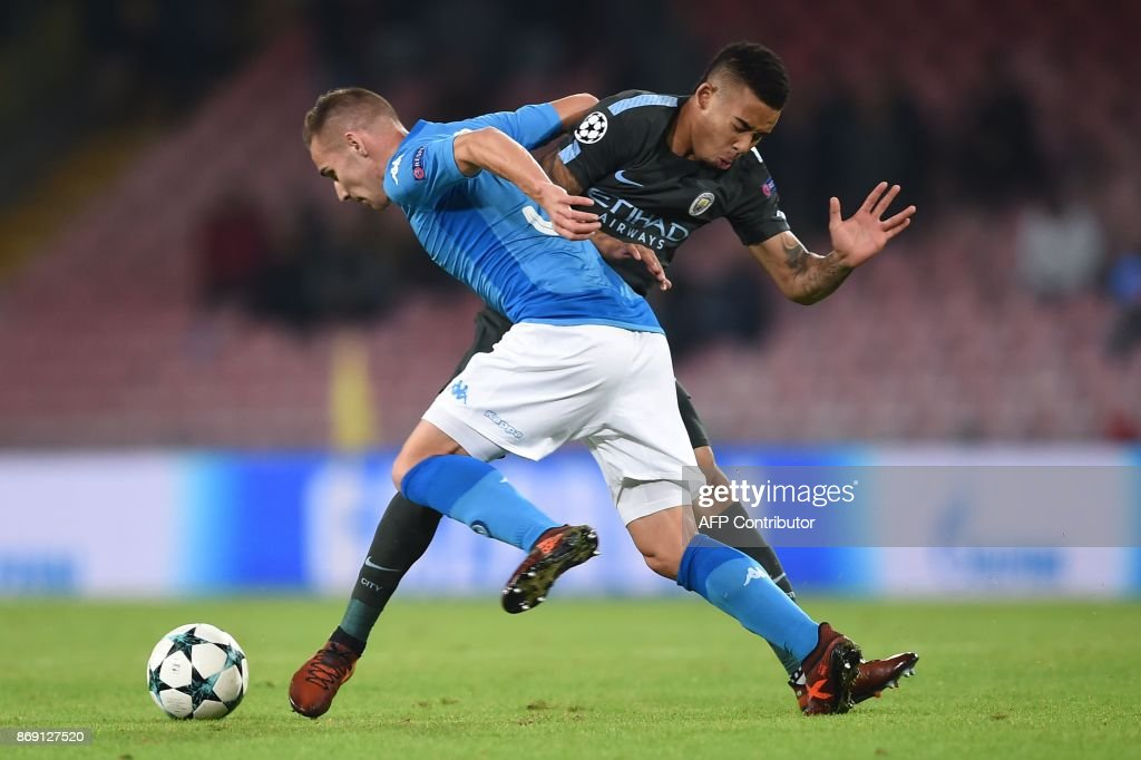 TOPSHOT - Napoli's midfielder Marko Rog (L) vies with Manchester City's Brazilian striker Gabriel Jesus during the UEFA Champions League football match Napoli vs Manchester City on November 1, 2017 at the San Paolo stadium in Naples. Manchester City won 2-4. / AFP PHOTO / Filippo MONTEFORTE