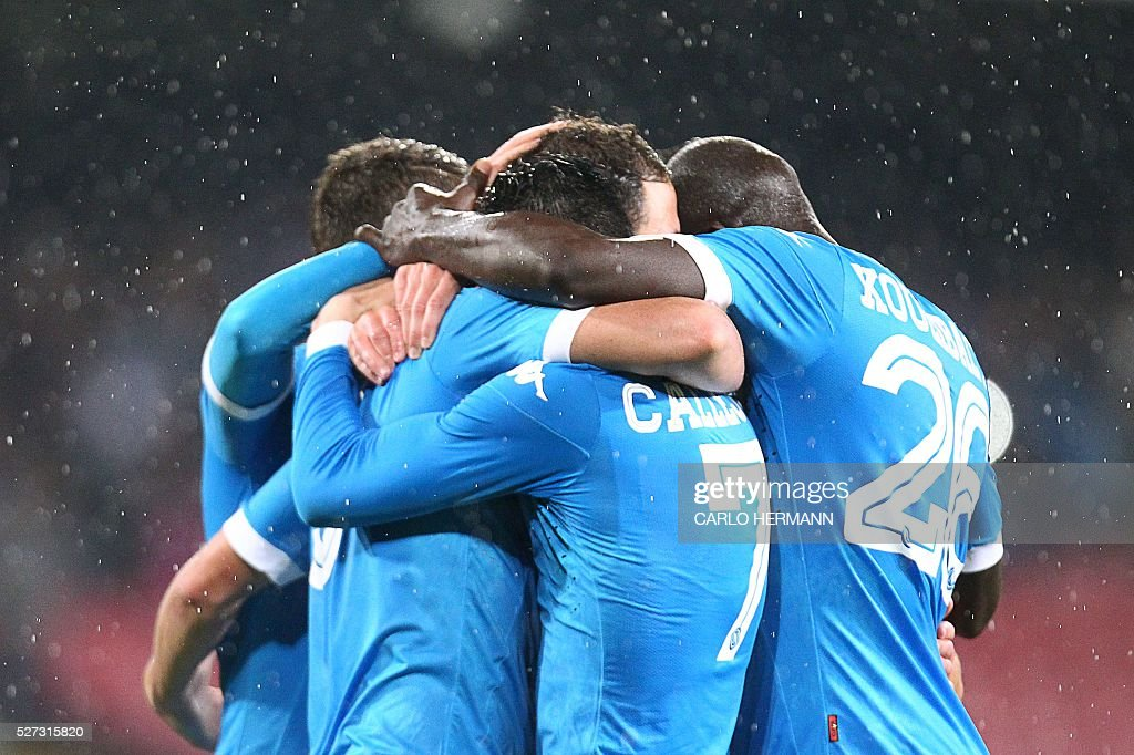 Napoli's players celebrate after scoring during the Italian Serie A football match between SSC Napoli and Atalanta BC at San Paolo stadium in Naples on May 2, 2016. / AFP / CARLO