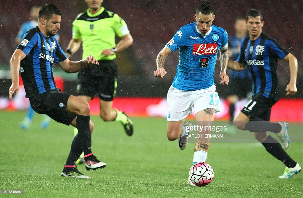 Napoli's Slovakian forward Marek Hamsik (R) vies for the ball with Atalanta's Albanian defender Berat Djimsiti during the Italian Serie A football match between SSC Napoli and Atalanta BC at San Paolo stadium in Naples on May 2, 2016. / AFP / CARLO