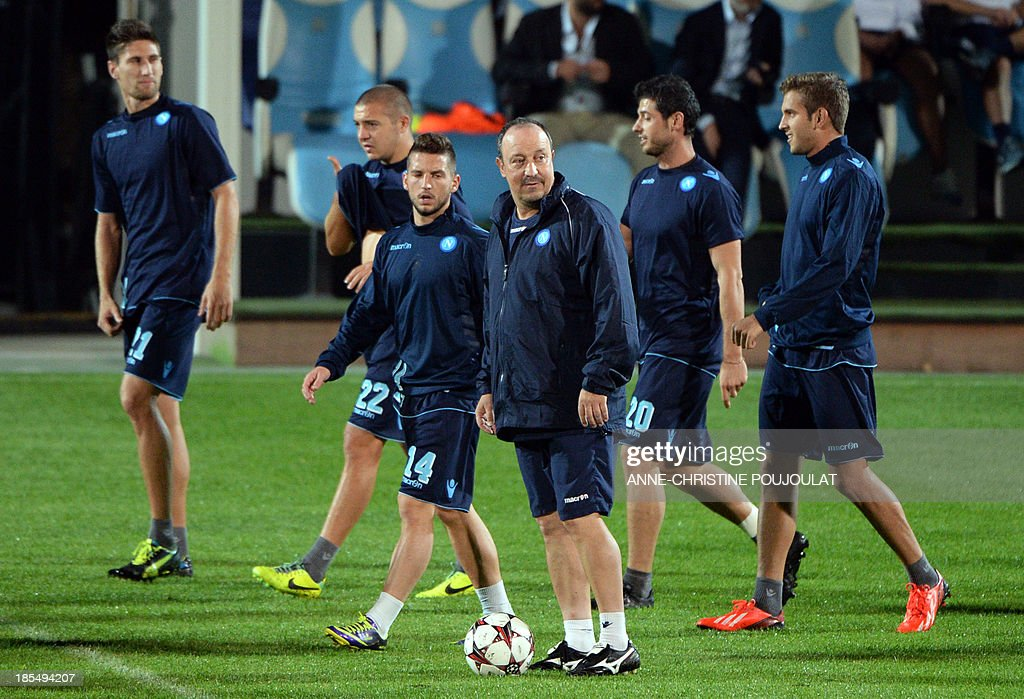 Napoli's Spanish coach Rafael Benitez (C) takes part in a training session with Napoli's players on October 21, 2013 at the Velodrome stadium in Marseille, southern France, on the eve of the UEFA Champions League group F football match Marseille vs. Napoli.