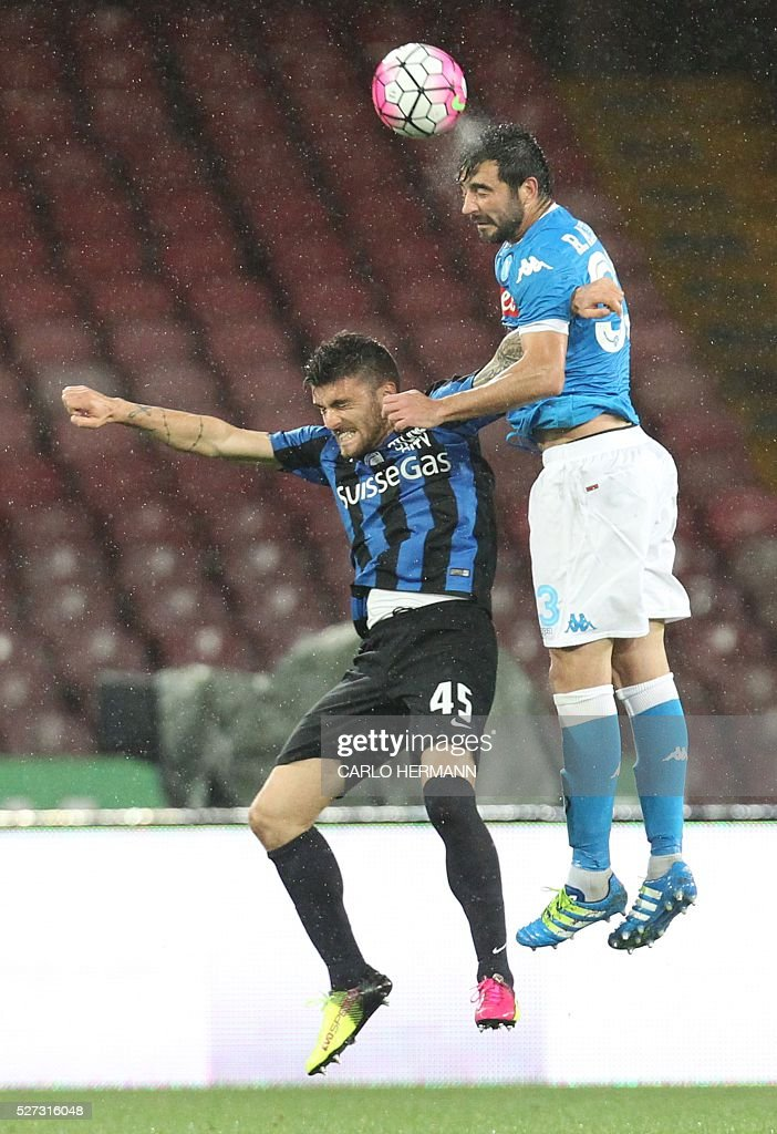Napoli's Spanish defender Raul Albiol (R) heads the ball next to Atalanta's Italian forward Gaetano Monachello during the Italian Serie A football match between SSC Napoli and Atalanta BC at San Paolo stadium in Naples on May 2, 2016. / AFP / CARLO