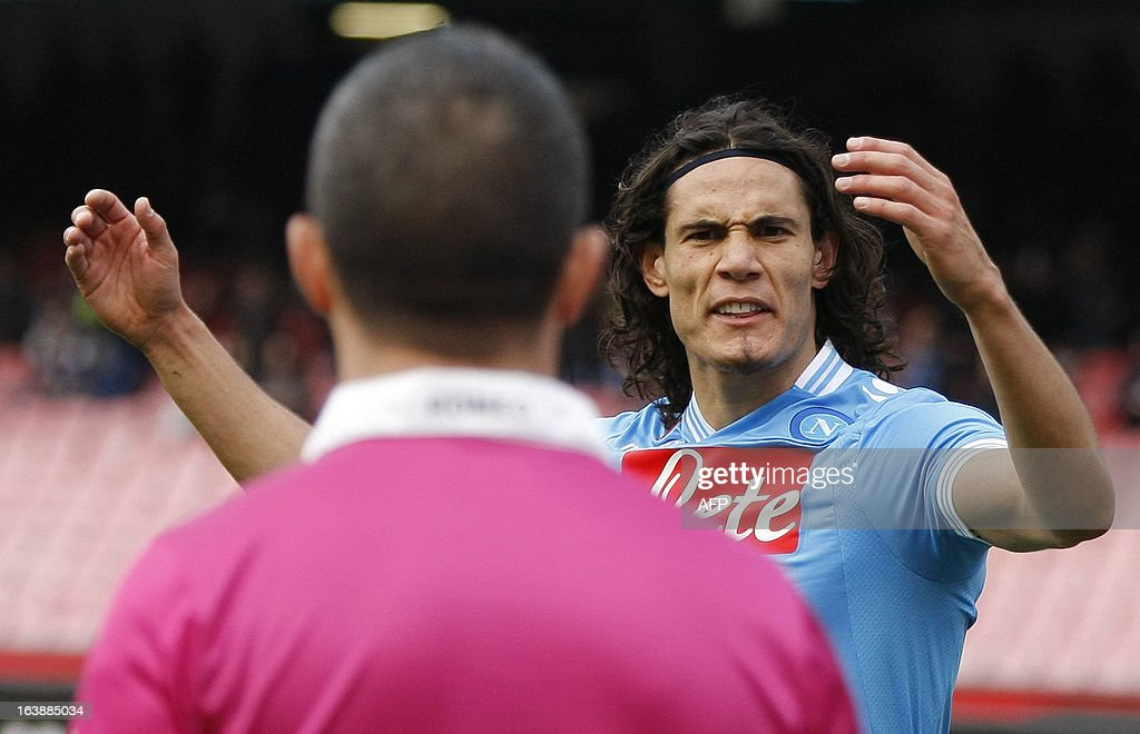 Napoli's Uruguayan forward Edinson Cavani argues with referee during the Serie A football match SSC Napoli vs Atalanta at San Paolo Stadium in Naples on March 17, 2013. AFP PHOTO / CARLO HERMANN