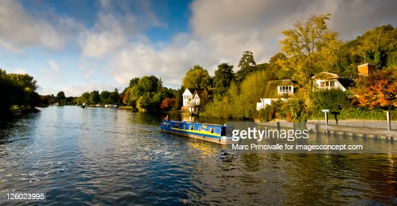 Narrow boat on river Thames neHenley-on-Thames