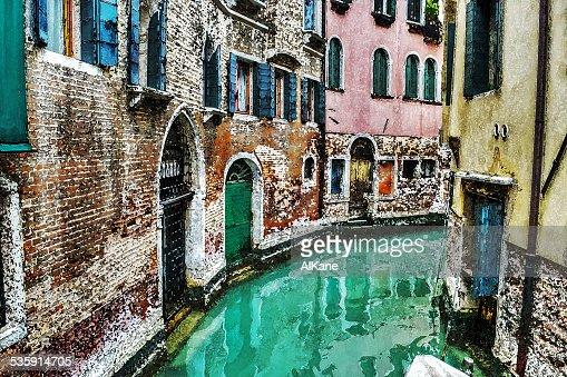 Estrecho canal en Venecia en agua de color efecto : Foto de stock