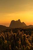 Amanhecer no Pico Tucum olhando para o Conjunto do Pico Paraná na Serra do Ibitiraquire em Campina Grande do Sul no Paraná