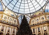 Albero e atmosfera natalizia in centro a Milano.
