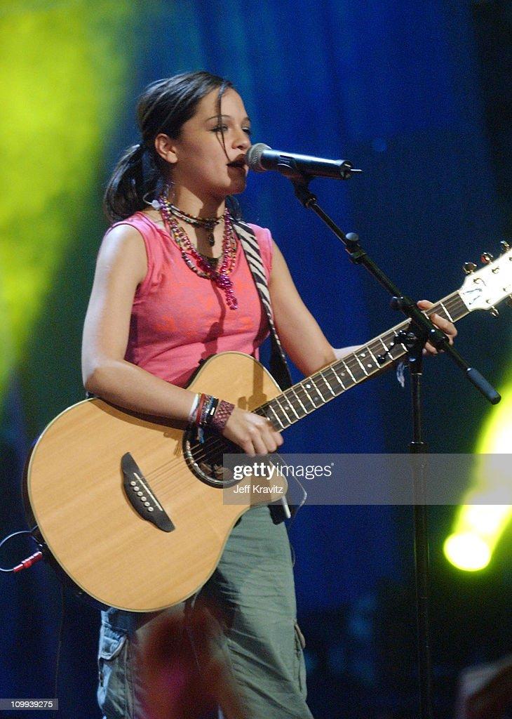 Natalia Lafourcade performs En El 2000/Bien Bien with Pato of Control Machete