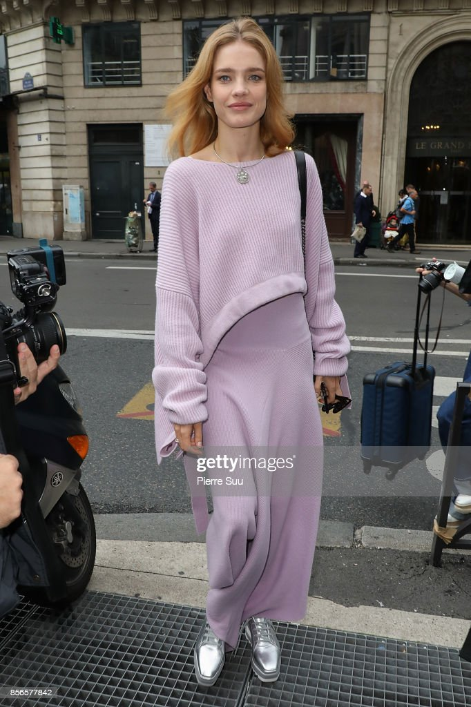 Natalia Vodianova arrives at the Stella McCartney show as part of the Paris Fashion Week Womenswear Spring/Summer 2018 on October 2, 2017 in Paris, France.