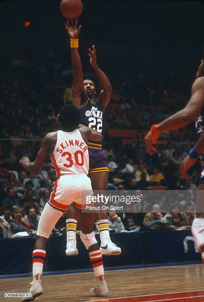 Nate Williams of the New Orleans Jazz shoots over Al Skinner of the New York Nets during an NBA basketball game circa 1976 at the Nassau Veterans...