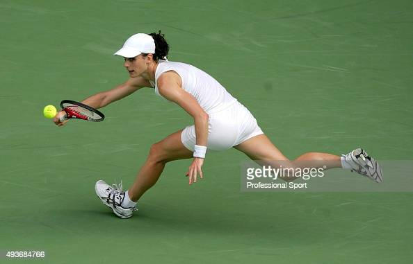 Dechy France  city pictures gallery : Nathalie Dechy of France hits a forehand against Lindsay Davenport of ...