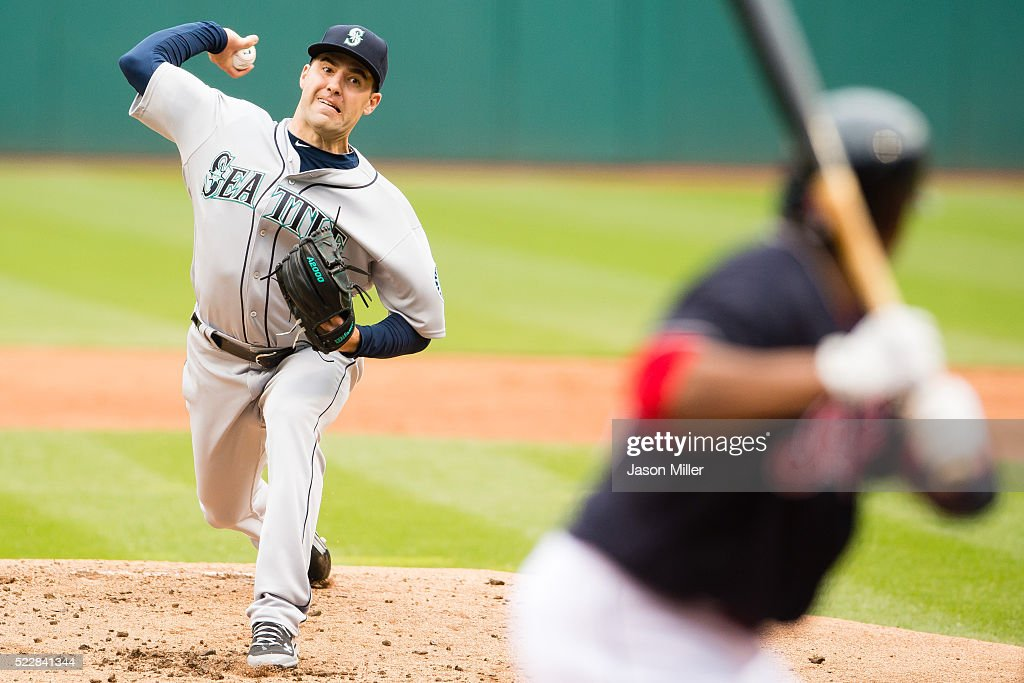 Nathan Karns #13 of the Seattle Mariners pitches to <a gi-track='captionPersonalityLinkClicked' href=/galleries/search?phrase=Carlos+Santana+-+Giocatore+di+baseball&family=editorial&specificpeople=11497843 ng-click='$event.stopPropagation()'>Carlos Santana</a> #41 of the Cleveland Indians during the first inning at Progressive Field on April 21, 2016 in Cleveland, Ohio.