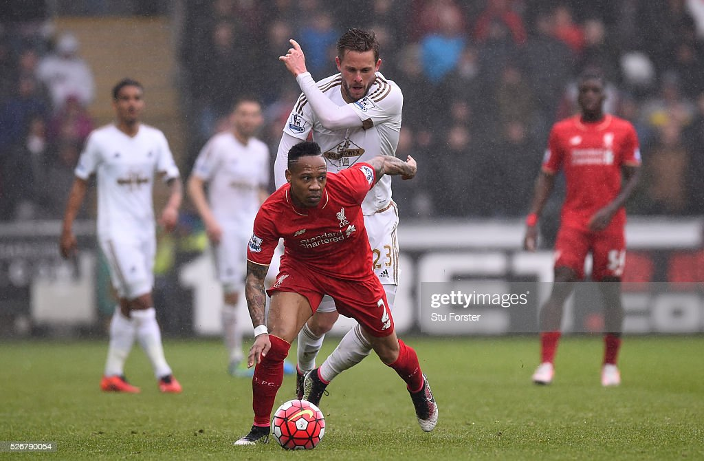 <a gi-track='captionPersonalityLinkClicked' href=/galleries/search?phrase=Nathaniel+Clyne&family=editorial&specificpeople=5738873 ng-click='$event.stopPropagation()'>Nathaniel Clyne</a> of Liverpool is challenged by <a gi-track='captionPersonalityLinkClicked' href=/galleries/search?phrase=Gylfi+Sigurdsson&family=editorial&specificpeople=6401581 ng-click='$event.stopPropagation()'>Gylfi Sigurdsson</a> of Swansea City during the Barclays Premier League match between Swansea City and Liverpool at The Liberty Stadium on May 1, 2016 in Swansea, Wales.