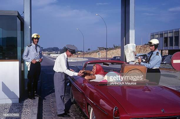 National Highway 7 Juin 1962 la route nationale 7 l'une des plus célèbres route de France Sur la Côte d'Azur deux jeunes femmes en voiture...