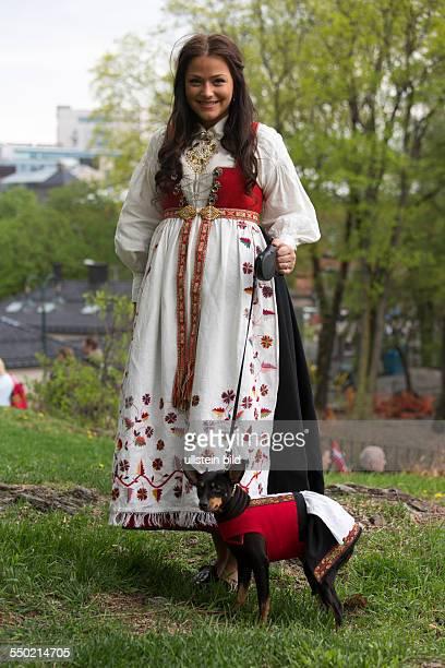 Nationalfeiertag Verfassungstag am 17 Mai in Norwegen Nationalfeiertag 17 Mai Feierlichkeiten in Oslo Norwegen Norwegerin in norwegischer Tracht auch...