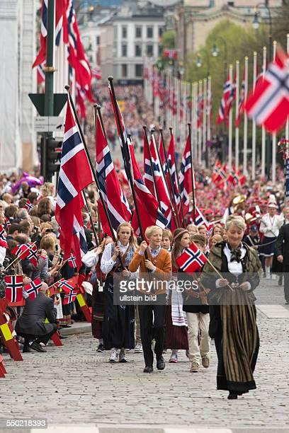 Nationalfeiertag Verfassungstag am 17 Mai in Norwegen Nationalfeiertag 17 Mai Feierlichkeiten in Oslo Norwegen Parade der Schulklassen auf der Karl...