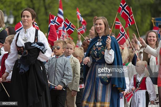 Nationalfeiertag Verfassungstag am 17 Mai in Norwegen Nationalfeiertag 17 Mai Feierlichkeiten in Oslo Norwegen Frauen und Kinder in norwegischer...