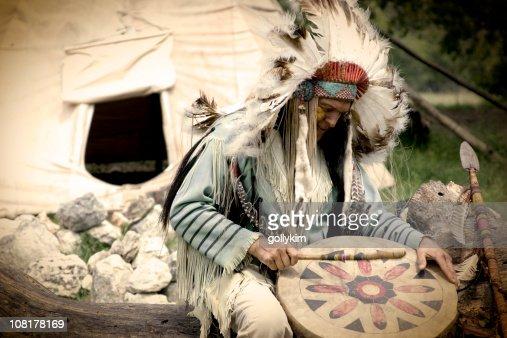 Nativos americanos tocando el tambor fuera tipi jefe