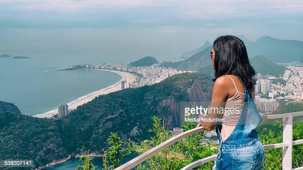 Traditionelle Brasilianische Mädchen Blick auf Rio de Janeiro vom SugarLoaf