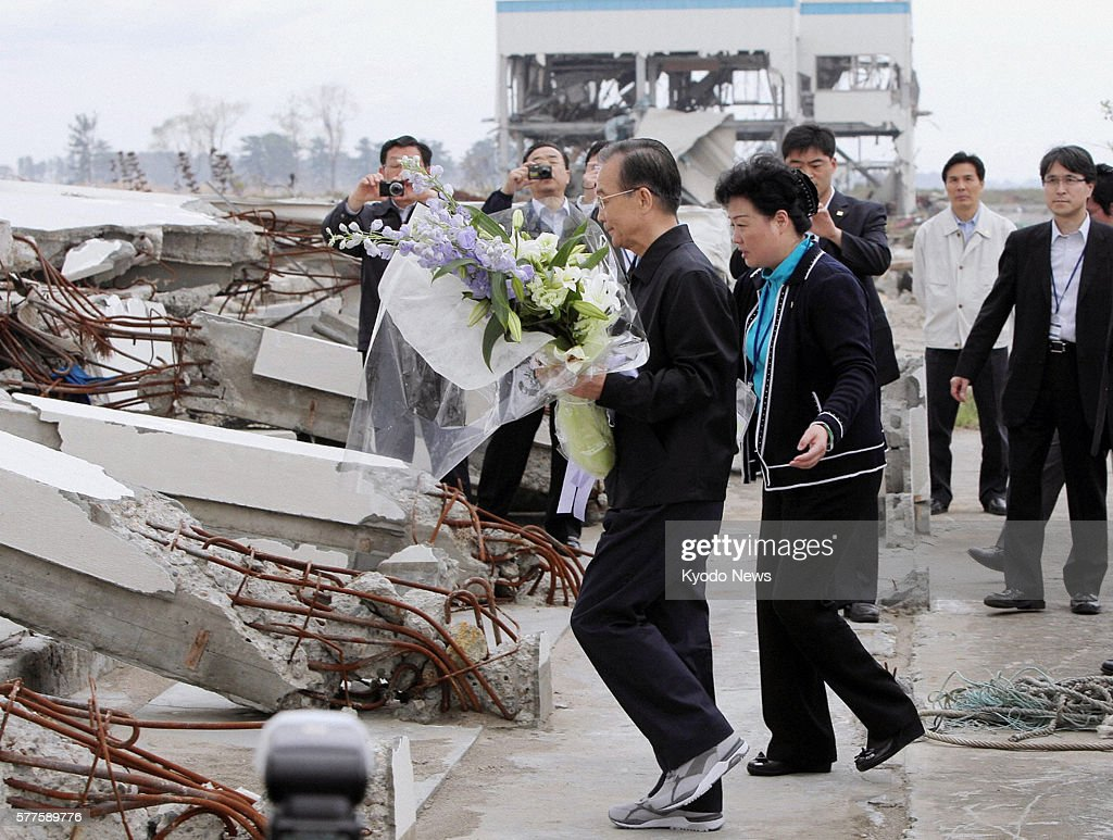 Natori Japan Chinese Premier Wen Jiabao offers flowers for the victims of the March 11 2011 earthquake and tsunami at the disasterstruck city of...