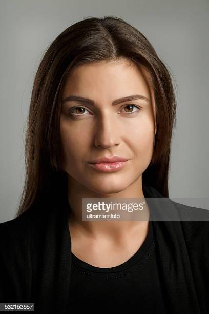 Bellezza Ritratto di giovane donna attraente bruna capelli e Occhi marroni