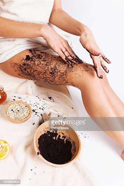 Soin du corps naturel. Massage anti-Cellulite avec gommage au café, l'avoine, de miel.