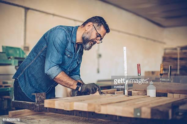 Natürliche Holzarbeiten Fähigkeiten