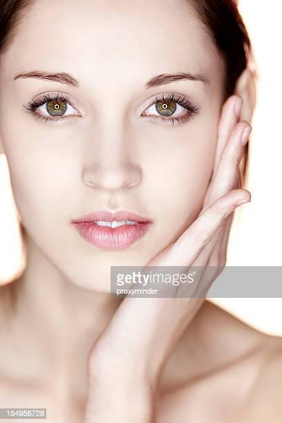 自然の若い女性の顔にホワイト