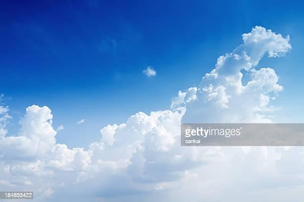 Claro céu azul com algumas nuvens