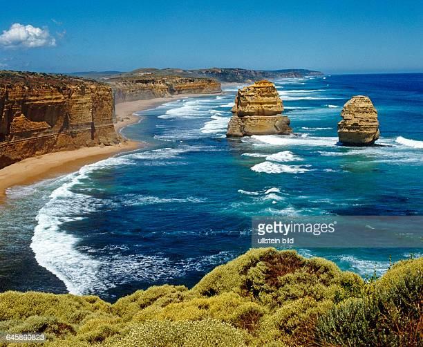 Naturwunder und Besuchermagnet sind die spektakulaeren Kliffklippen und zwoelf Apostel im Port Campbell NP in Victoria Australien