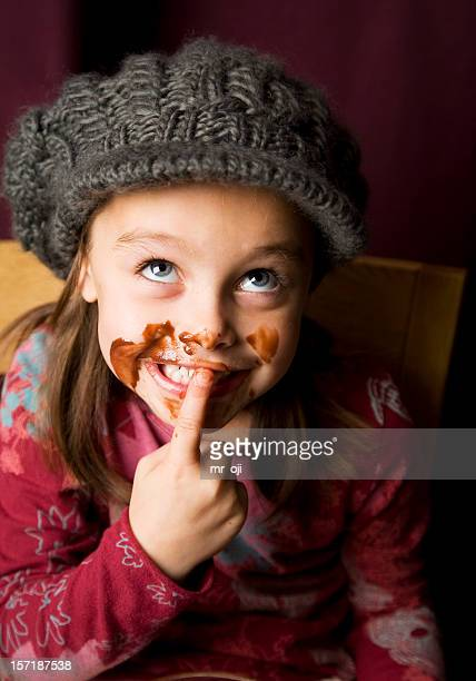Espiègle jeune fille couverts en chocolat