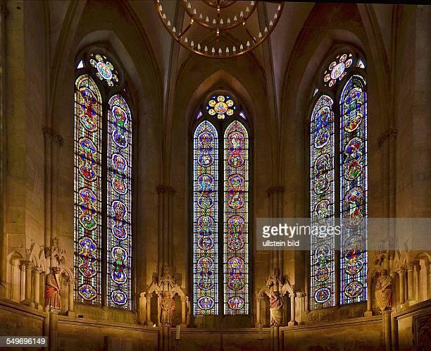 Naumburg Kirchenfenster und Stifterfiguren im Westchor vom Dom St Peter und Paul einem spaetromanischfruehgotischen Dombau