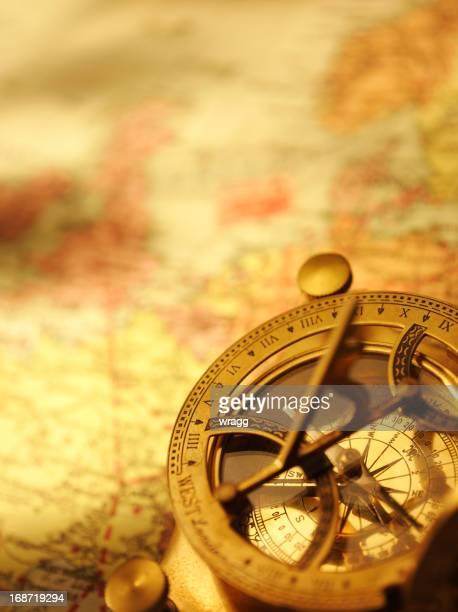 Brújula náutica y mapa