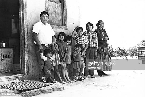 NavajoFamilie vor ihrem nicht mehr tradionellemWohnhaus im NavajoReservat in ArizonaDie Grossmutter trägt noch die tradionalleKleidung der Navajos...
