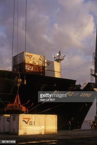 Navire porteconteneur de la CGM au port de Montoir en aout 1993 a Montoir France