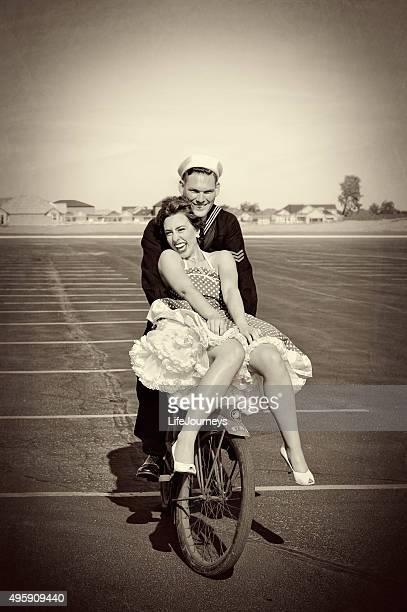 WWII Navy Mann und seine hübsche Frau auf einem Fahrrad