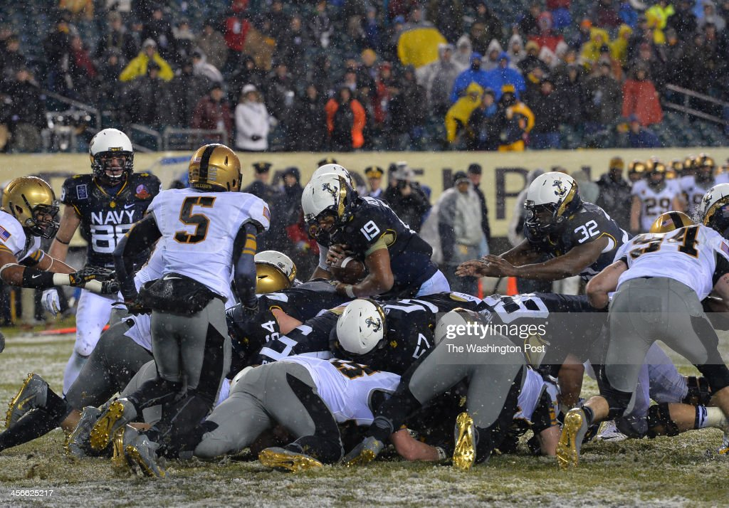 Navy Midshipmen quarterback Keenan Reynolds (19) center, carries the ball for the final touchdown against Army late in the fourth quarter during the annual Army-Navy football game at Lincoln Financial Field on December 14, 2013 in Philadelphia, Pa. Navy beat Army 34-7.