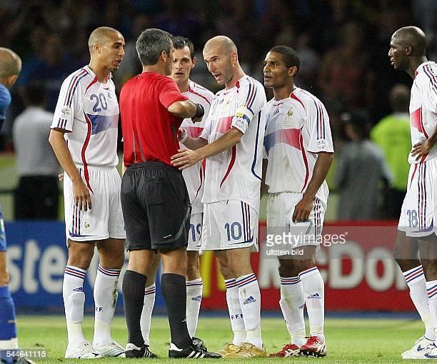 Fussball FIFA WM 2006 Finale in Berlin Italien Frankreich 64 nE 110 Spielminute Platzverweis für Zinedine ZIDANE Nach dem Kopfstoss gegen Marco...