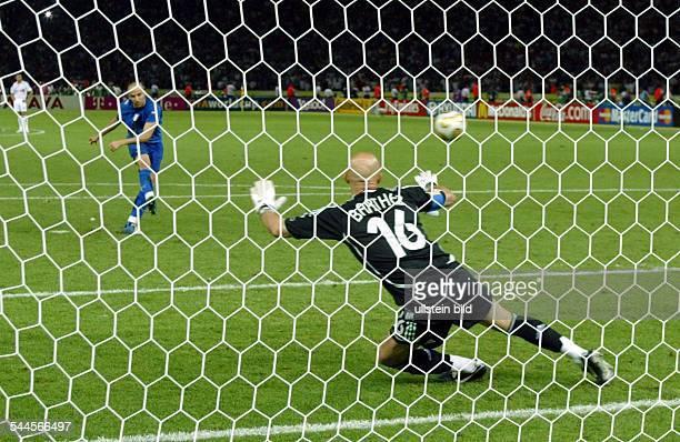 Fussball FIFA WM 2006 Finale in Berlin Italien Frankreich 64 nE Elfmeterschiessen Alessandro del PIERO verwandelt den vierten Elfmeter für Italien...