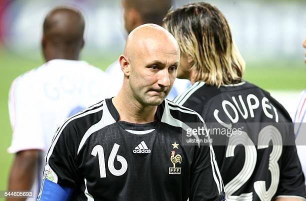 Fussball FIFA WM 2006 Finale in Berlin Italien Frankreich 64 nE Nach der Niederlage geht der enttäuschte französische Torwart Fabien BARTHEZ am...