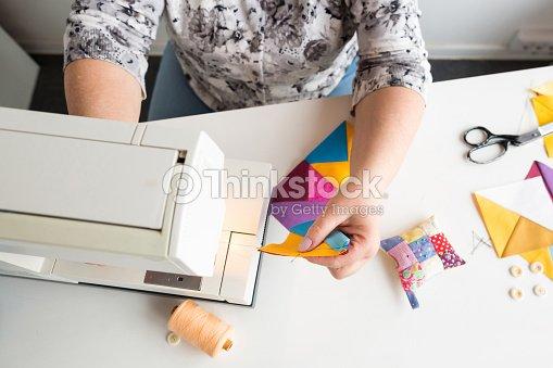 handarbeiten und hand quilten in der werkstatt von frau schneider auf wei em hintergrund hautnah. Black Bedroom Furniture Sets. Home Design Ideas