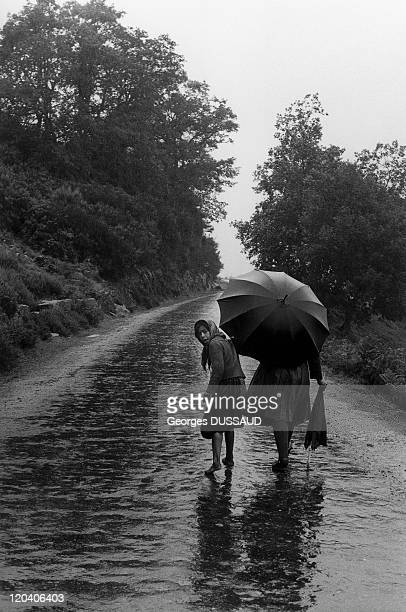 Negroes Portugal Mother and daughter under the rain