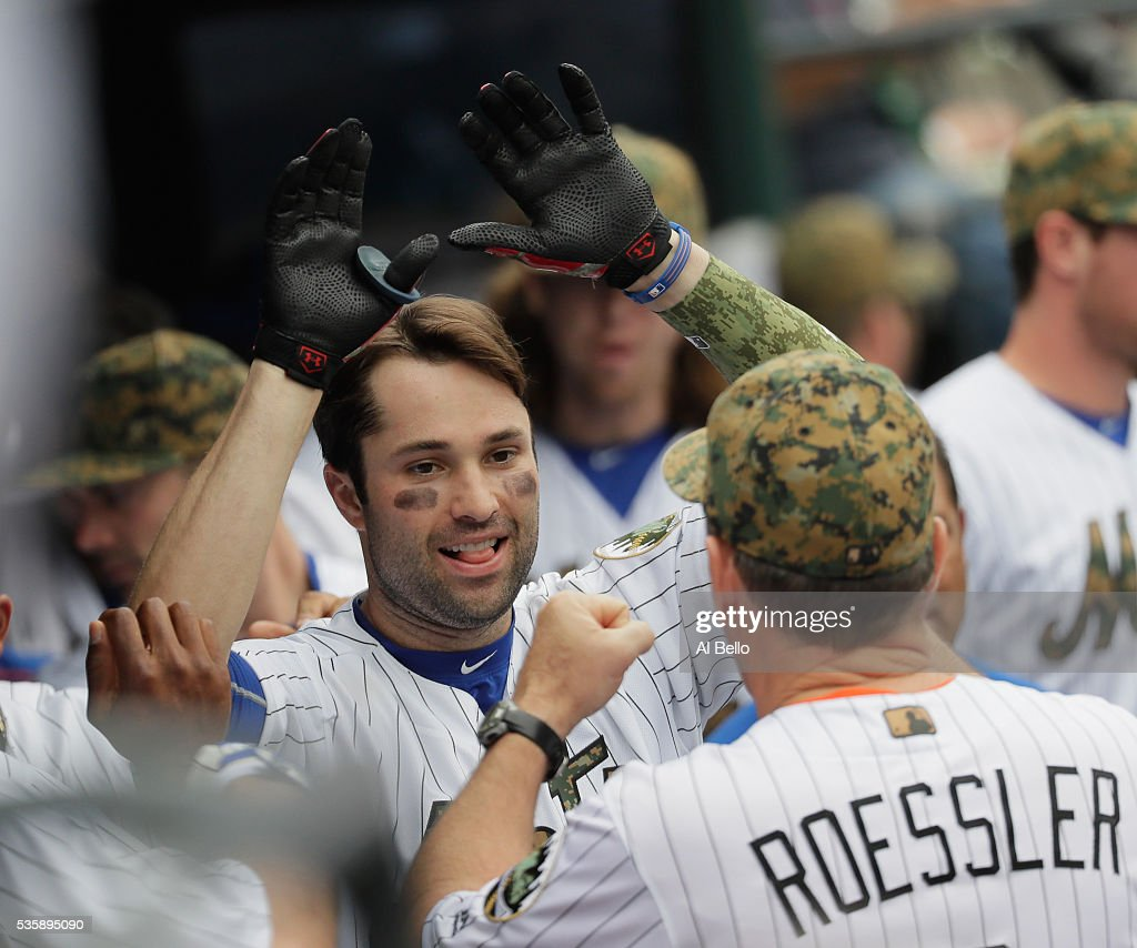 <a gi-track='captionPersonalityLinkClicked' href=/galleries/search?phrase=Neil+Walker+-+Jogador+de+basebol&family=editorial&specificpeople=7841262 ng-click='$event.stopPropagation()'>Neil Walker</a> #20 of the New York Mets celebrates his home run against the Chicago White Sox in the seventh inning during their game at Citi Field on May 30, 2016 in New York City.